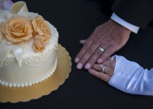 wedding-cake-and-hands